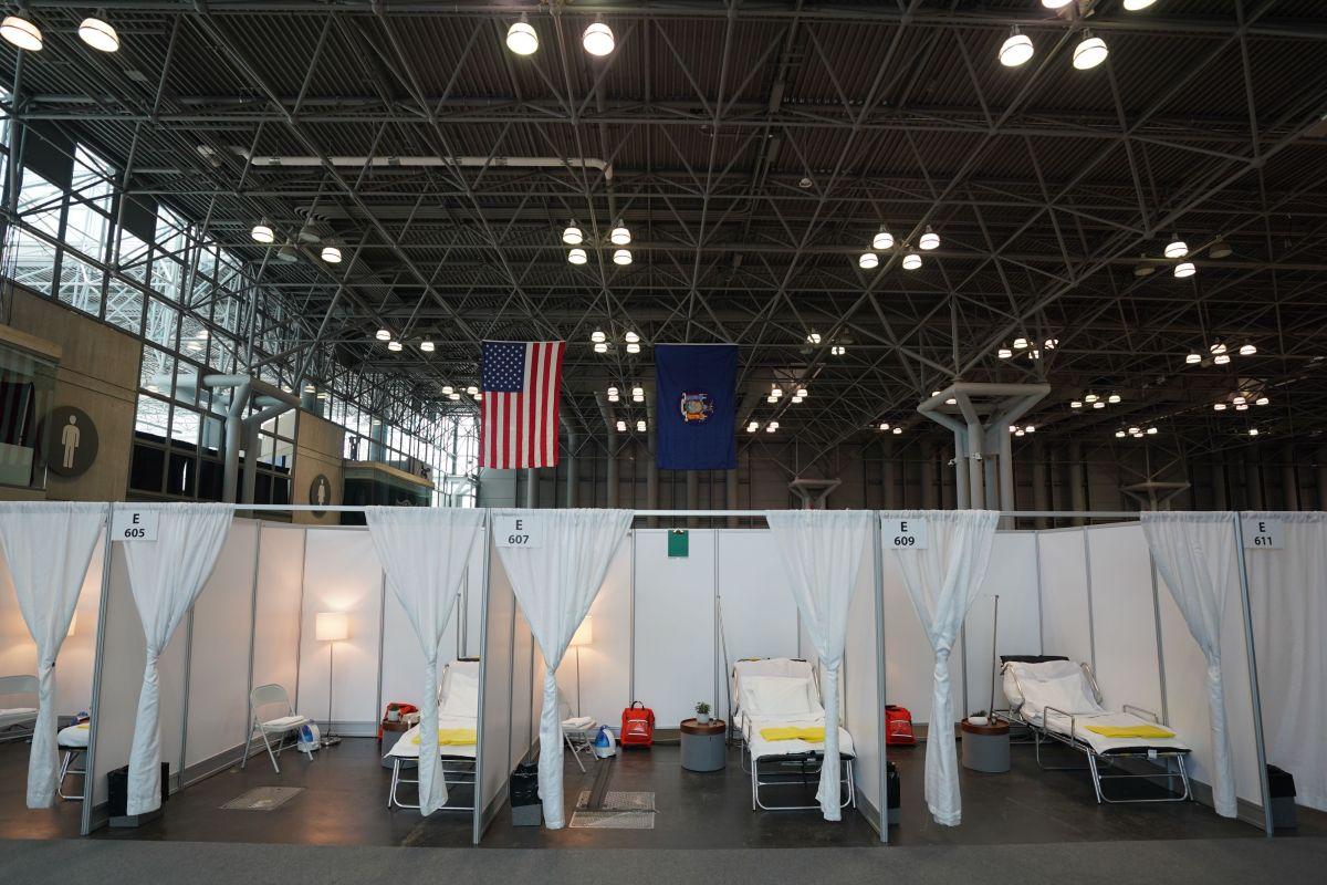 En el Javits Center, en Manhattan, se colocaron cientos de camas de hospital.