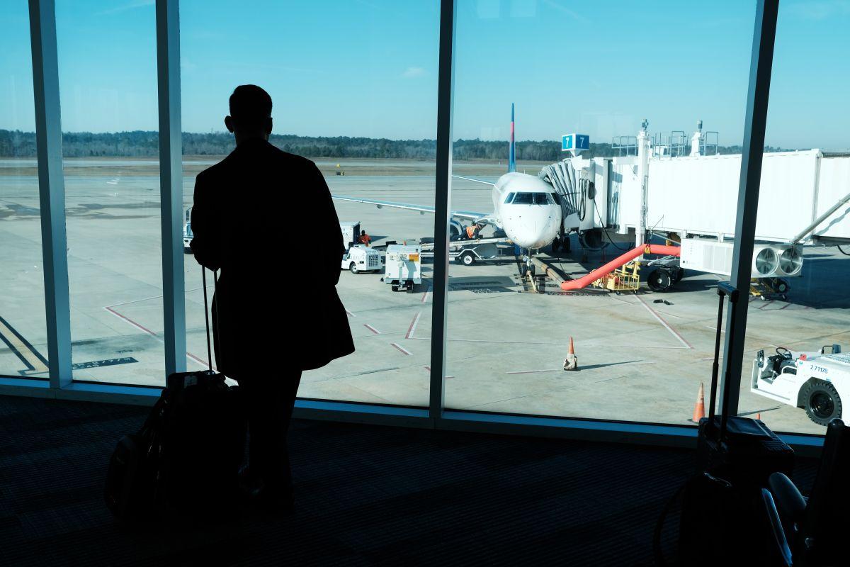 Muchos viajeros están cambiando o suspendiendo vuelos por temor al contagio con coronavirus.