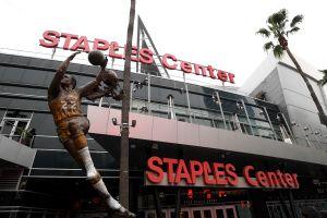 Lakers, Clippers, Kings y el Staples Center les dan una mano a empleados de medio tiempo afectados