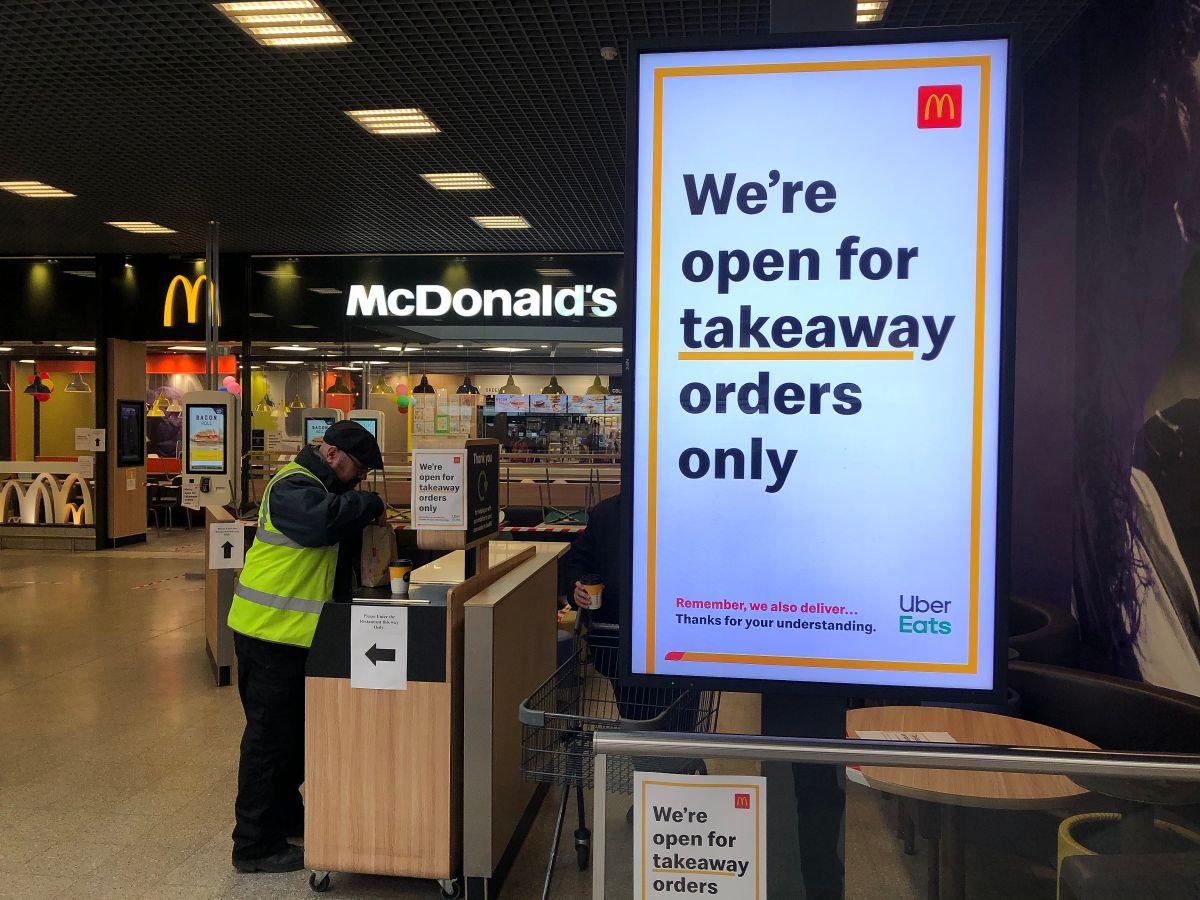 Desde el martes los restaurantes en Reino Unido e Irlanda cierran antes de las 7 de la noche como medida sanitaria.