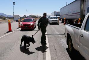 Mexicanos bloquean cruce fronterizo para evitar paso de estadounidenses por temor a coronavirus