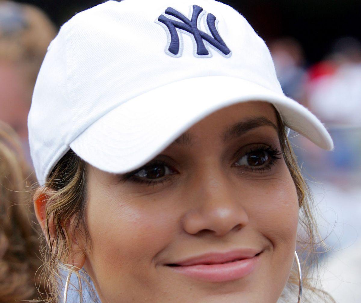 Jennifer López se 'vuela la barda' en clínica de béisbol de Alex Rodríguez