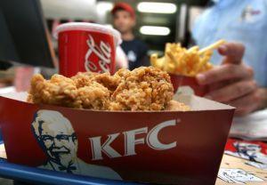 """Retiran campaña de KFC que invita a """"chuparse los dedos"""" ante emergencia de coronavirus"""