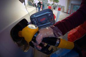 Cómo cargar gasolina de forma segura durante la pandemia de coronavirus