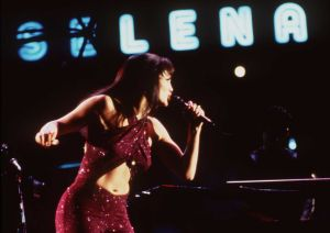 5 famosas que han lucido el legendario atuendo de Selena Quitanilla