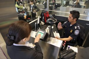 Agentes migratorios aplican nuevo sistema de comparación facial en aeropuerto JFK