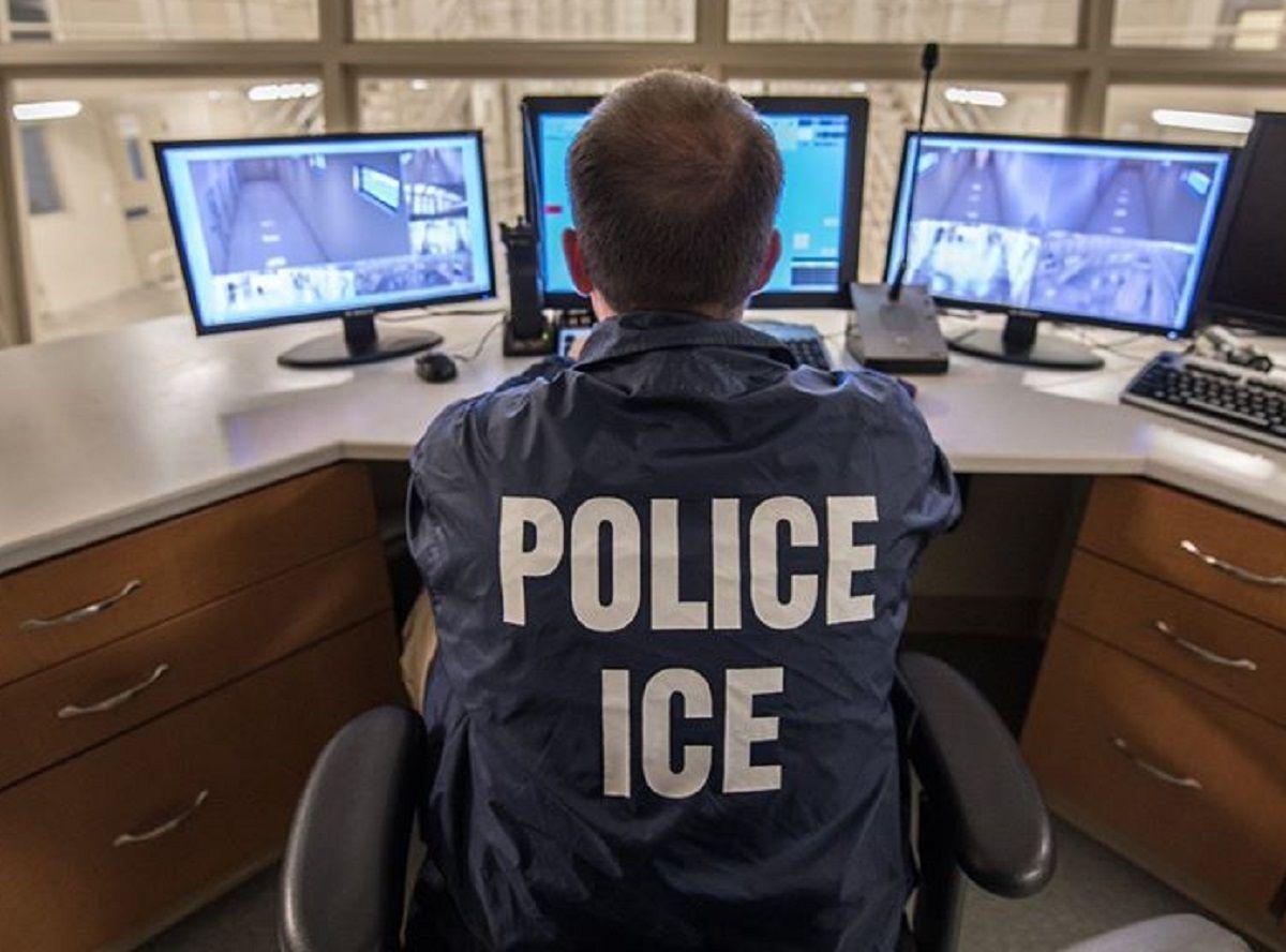 ICE mantiene detenidos a inmigrantes por más tiempo.