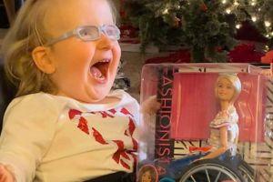 La increíble reacción de una niña al recibir una Barbie en silla de ruedas