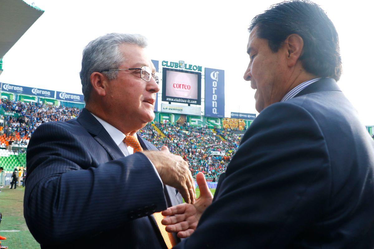 Víctor Vucetich y Luis Fernando Tena, dos de los técnicos más veteranos de la Liga MX.