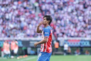 JJ Macías respondió a las críticas por besar escudos de Chivas y León