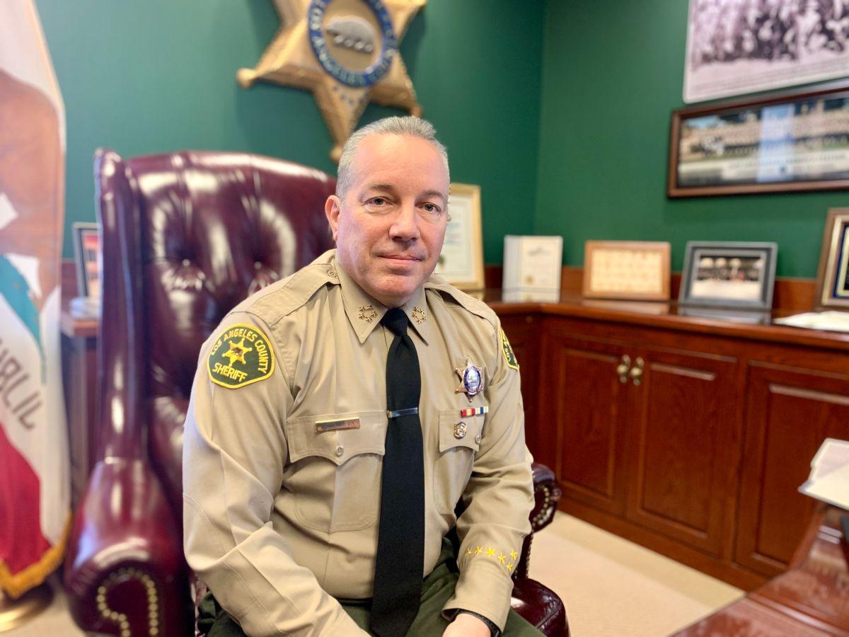 Alex Villanueva, sheriff del condado de LA. anuncia que trabajaran duro para buscarles un techo a los desamparados. (Araceli Martínez/La Opinión).