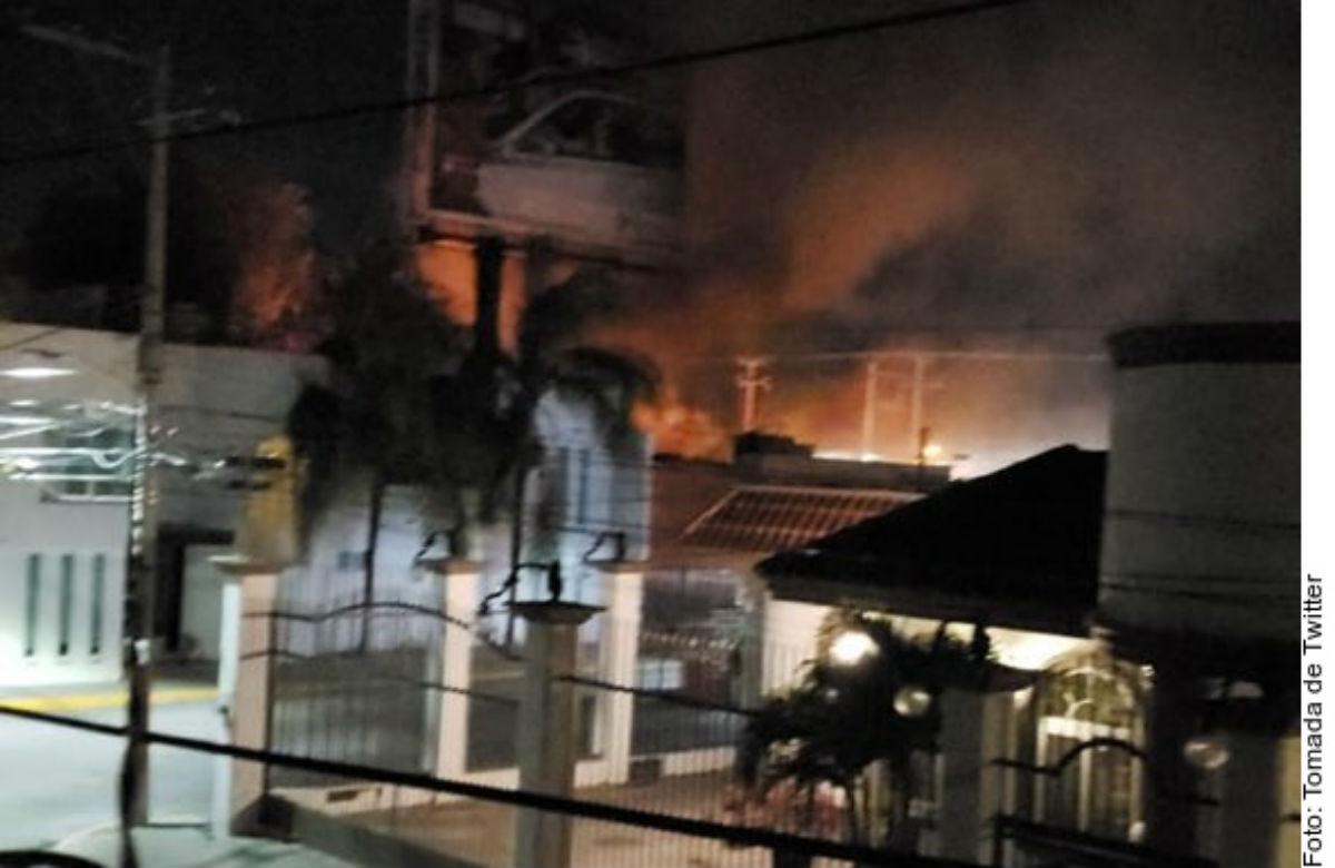 VIDEO: Sicarios matan a dos e incendian taquerías y cuatro autos