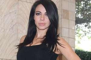 Jimena Sánchez posa frente al espejo con un body nude, luciendo sus impresionantes caderas