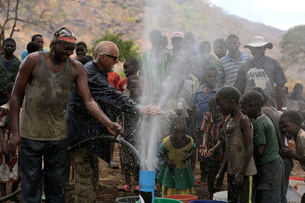 En el Día Mundial del Agua, entérate cómo dos californianos llevan el líquido hasta África
