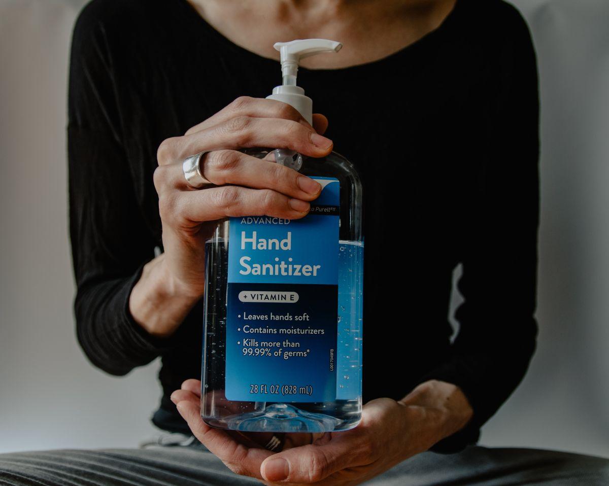 ¿Elimina al coronavirus? Los gérmenes y bacterias que el desinfectante de manos SÍ mata (y los que NO)