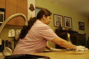 El COVID-19 acabó con una década de avance económico de latinas, señala informe