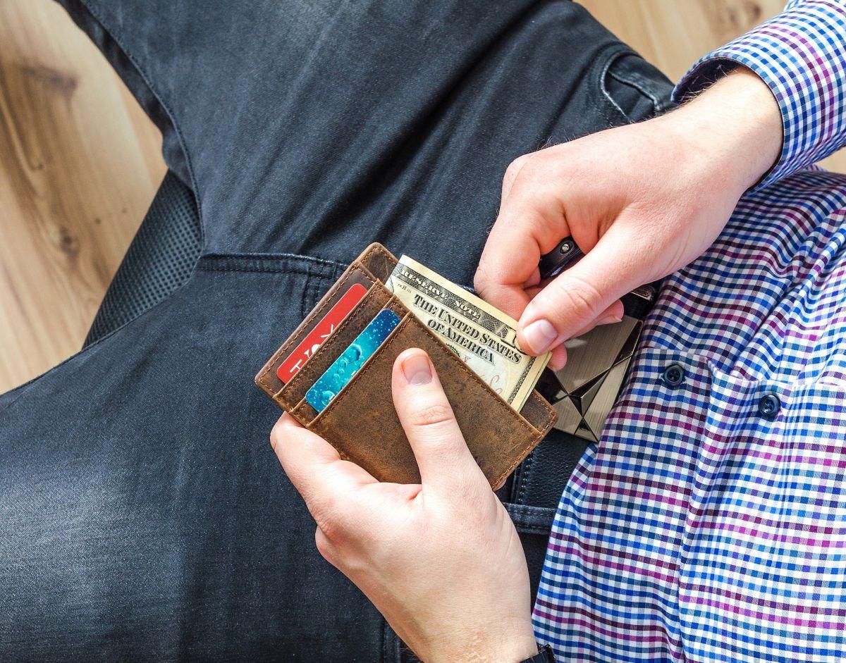 Cosas que debes evitar llevar en tu cartera para prevenir el robo de identidad