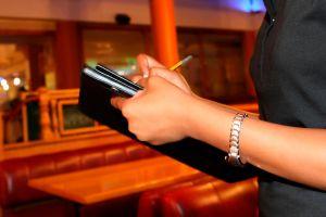 Dejan propina de $4,000 a mesera de Memphis, ¡pero el restaurante no le dio el dinero!