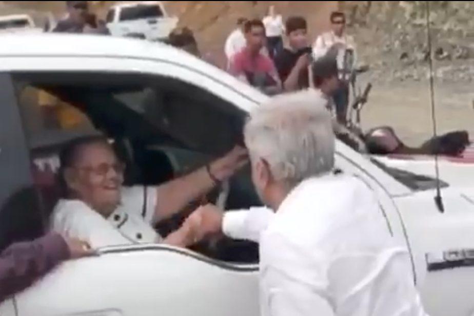AMLO saludó de mano a la mamá del Chapo Guzmán.