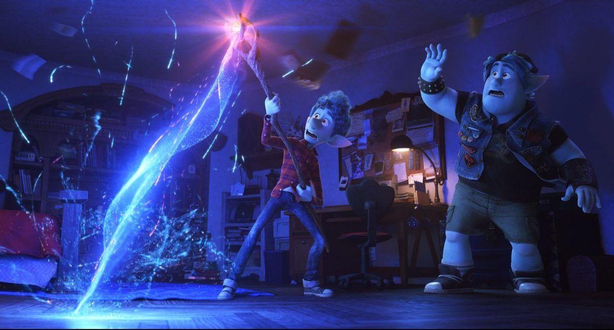 """Ian y Barley descubren la magia por casualidad en """"Onward""""."""