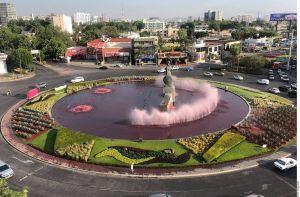 Las aguas de la fuente de la Minerva en Guadalajara se tiñen de rojo en reclamo por feminicidios