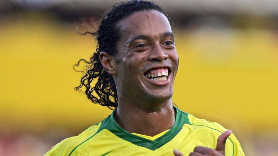 Ronaldinho pidió que le habilitaran un salón del hotel donde permanece arrestado para poder jugar al fútbol