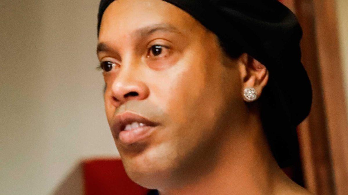 Ronaldinho sigue detenido en Paraguay.