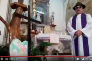 Sacerdote quiso transmitir misa en vivo por Facebook pero los filtros le jugaron una mala broma