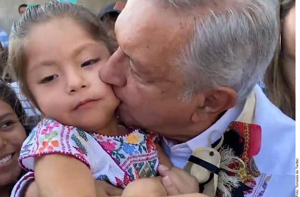 VIDEO: Critican a AMLO por besar a menor