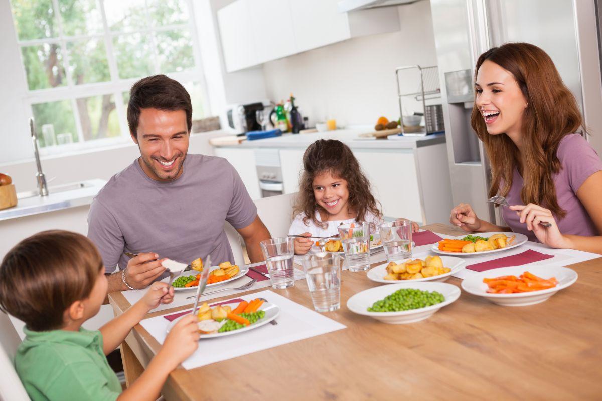 5 grandes beneficios de compartir las comidas en familia | La Opinión