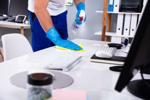 ¿Cuántas veces al día hay que limpiar superficies, la computadora y el celular durante la pandemia por coronavirus?