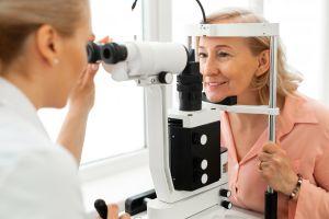 ¿Por qué a veces vemos moscas o puntos negros y cuándo debemos consultar al médico?