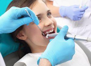 ¿Cuáles son los riesgos y consecuencias del apiñamiento dental?