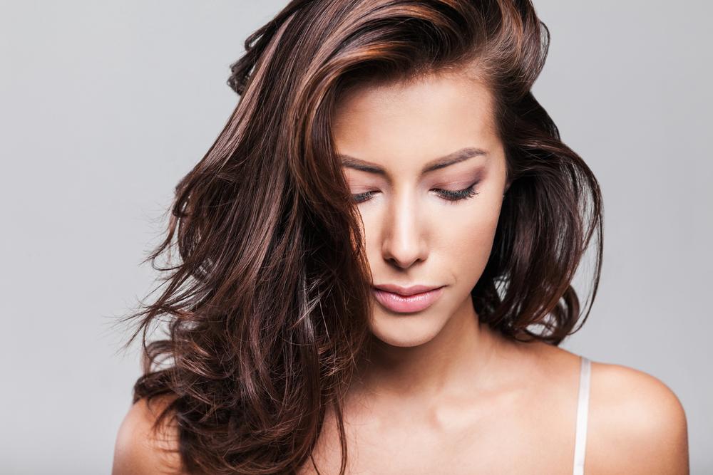 4 opciones de shampoo azul para cuidar los cabellos castaños y evitar que se decolore