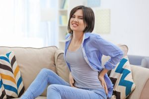 ¿Te duele mucho la espalda? Quizás tienes una hernia discal: aquí los síntomas más frecuentes