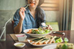 ¿Es necesario comer más veces al día para bajar de peso?