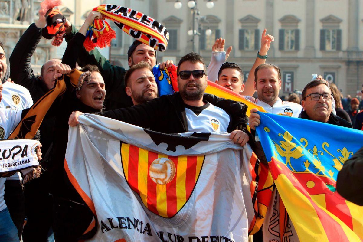 Aficionados del Valencia previo al partido en San Siro.