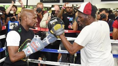 Floyd Mayweather fue entrenado por su tío Roger en más de 30 peleas.