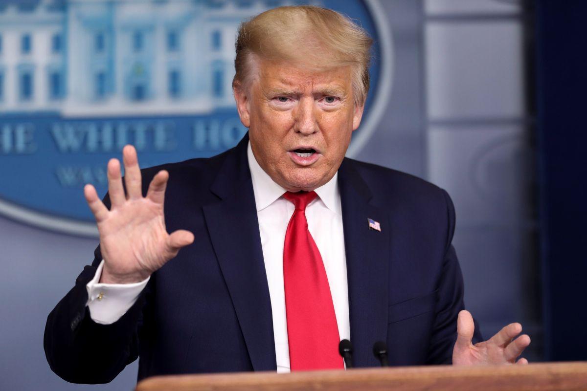 """Trump dice que tener el mayor número de casos de COVID-19 es """"una insignia de honor"""""""