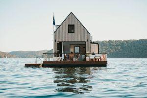 ¿Quieres aislarte eficazmente? Mira esta increíble casa flotante que todavía se alquila por Airbnb