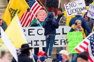Simpatizantes de Trump en Michigan protestan para exigir el fin del confinamiento