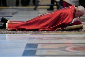 Viernes Santo con coronavirus: las imágenes de iglesias y calles vacías... y otras también llenas