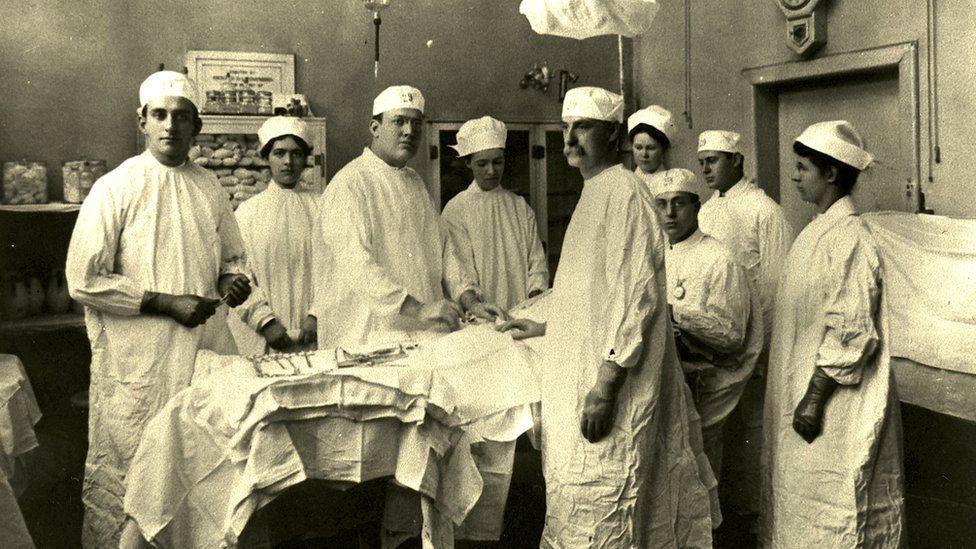 El Bellevue se hizo célebre por albergar a los mejores cirujanos del país. Hasta la década de 1840, operaban sin anestesia.