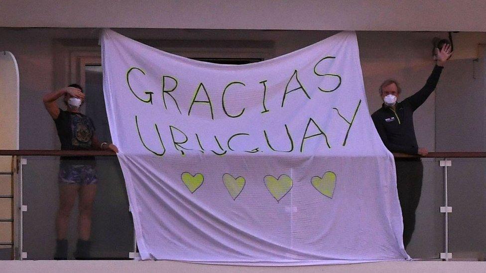 """""""Gracias Uruguay"""", la sábana desplegada desde el crucero australiano."""