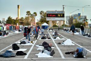 En Las Vegas llevan a indigentes a estacionamiento pese a que los hoteles están vacíos