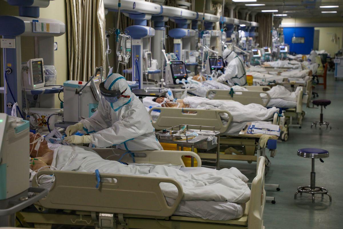 Enfermeros realizan una ronda de visitas a enfermos de coronavirus. Foto de archivo.