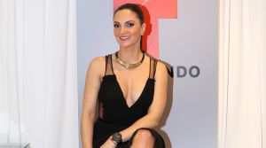 Mariana Seoane con un bikini de flores amarillas y David Chocarro, actor de Telemundo, reacciona