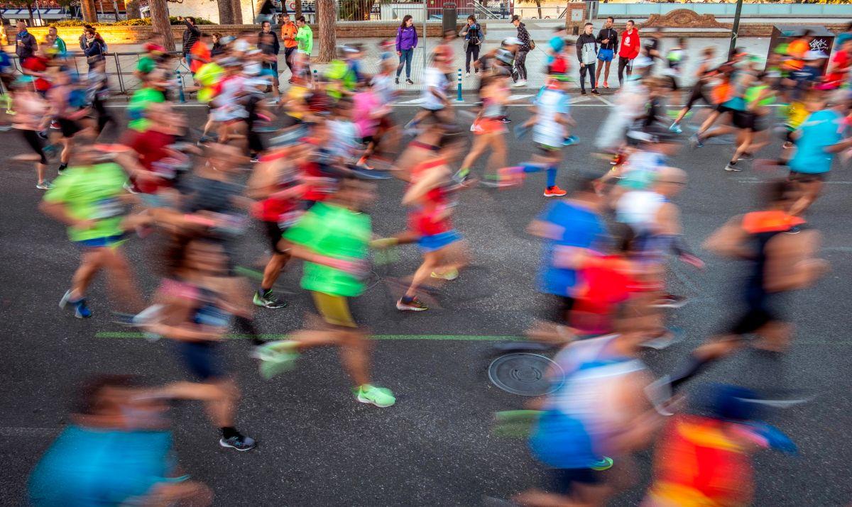Mexicano corre un maratón ¡en la sala de su casa!