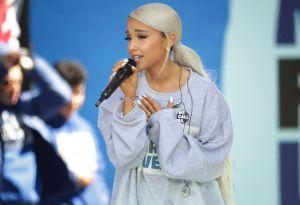 Ariana Grande se deja ver rubia platinada y con un sexy vestido blanco