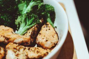 Guarnición perfecta para pasta: brócoli con champiñones, pesto y queso gratinado